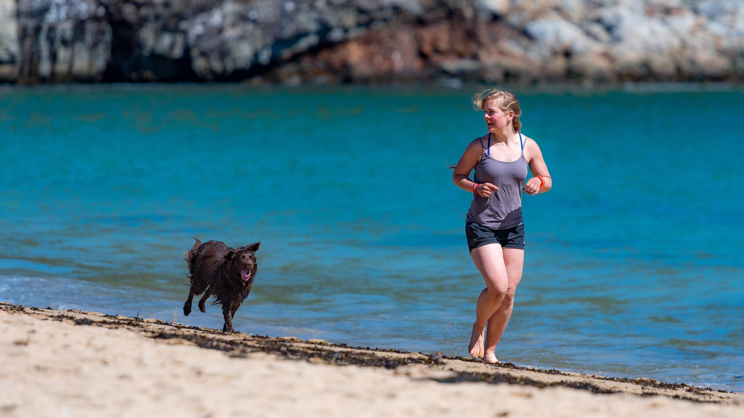 kvinde løber med hund