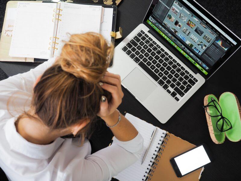Følg disse ergonomiske tips og slip for spændingshovedpine