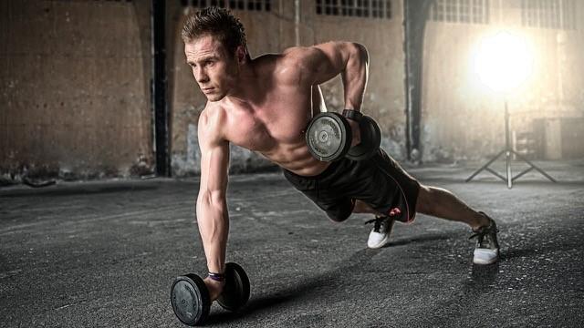 træningsprogrammer - en mand der træner med håndvægte