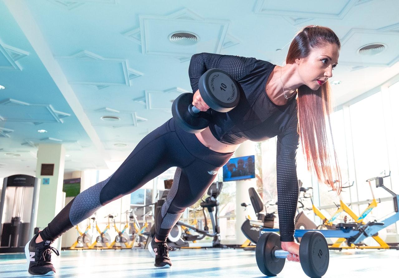 kvinde dyrker fitness